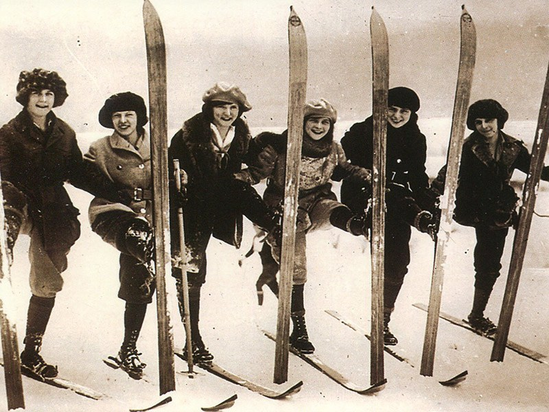 1920s skiers
