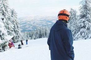 Snowboarding VS Skiing for Beginners: Pros & Cons 2020
