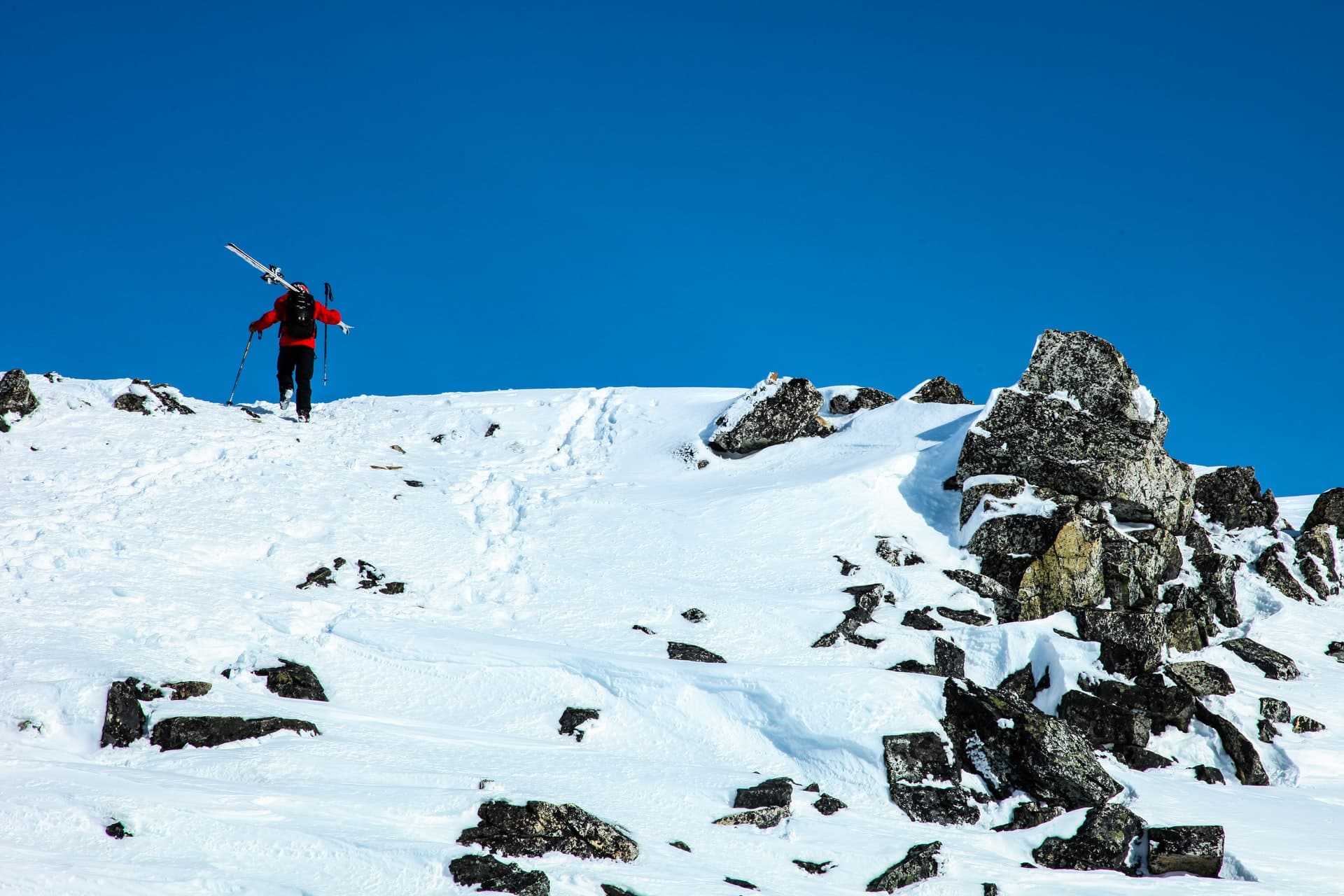 carrying ski